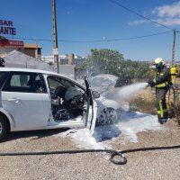 Los bomberos sofocan un incendio en una vivienda y otro en un coche en menos de una hora