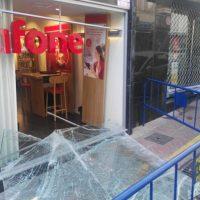 Unos ladrones destrozan una de las lunas de un establecimiento de telefonía del centro y se llevan numerosos móviles
