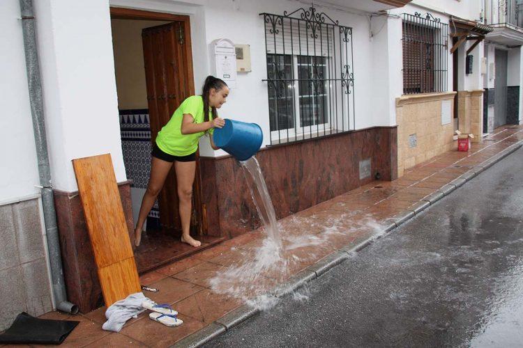 Una repentina tromba de agua deja más de 45 litros en media hora y provoca numerosas inundaciones en calles, viviendas y comercios