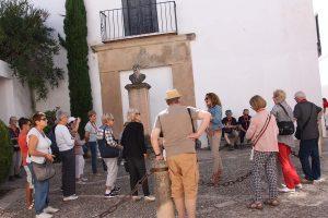 Una guía explica a los turistas la obra y vida de Vicente Espinel.