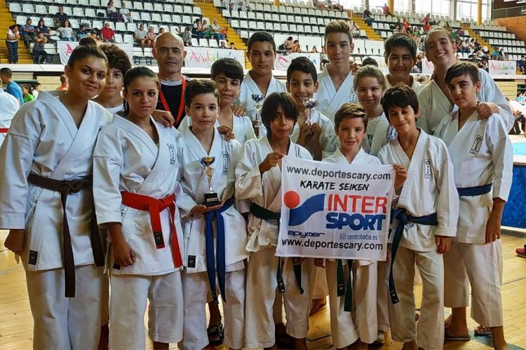 Los deportistas de la Escuela de Kárate Seiken se trajeron tres medalas del Camptonato de Málaga