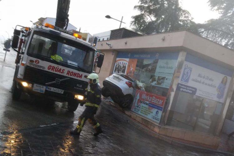 Un turismo se ha empotrado esta madrugada en una marquesina del parking de Martínez Astein