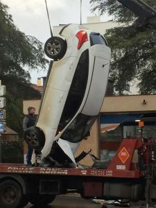 El coche ha sido retirado por la grúa.
