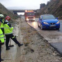 Un desprendimiento de rocas provoca un accidente de tráfico en la carretera de circunvalación sur