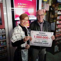 Inma y Antonio Racero regentan desde hace décadas el estanco que ha dado este premio millonario.