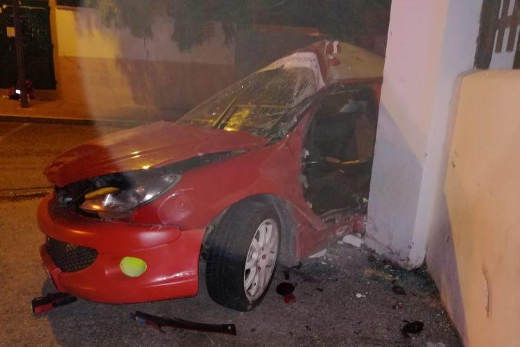 Cinco jóvenes resultan heridos esta madrugada tras chocar su turismo contra una columna del Instituto Pérez de Guzmán