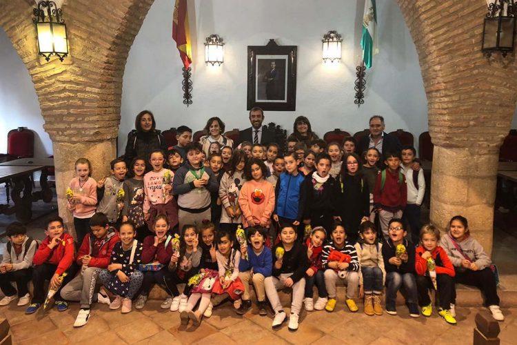 Alumnos del colegio Miguel de Cervantes conocen de cerca el Ayuntamiento y la labor que realiza
