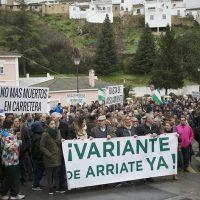 Más de 400 serranos se manifiestan en Arriate para exigir la terminación de la variante