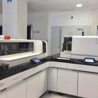 El Laboratorio Clínico del Hospital de la Serranía incorpora dos plataformas de analizadores integrados de última generación