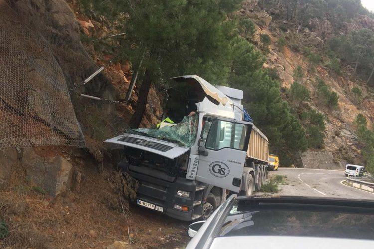 Un camión se sale de la calzada en la A-397 Ronda-San Pedro de Alcántara y provoca importantes retenciones de tráfico