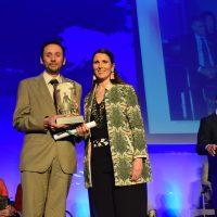 El profesor de Ciencia del IES Martín Rivero, Marcos Naz, recibe el distintivo del Día de Andalucía como reconocimiento a su labor educativa