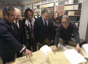 Elías Bendodo recorrió la Biblioteca de la Maestranza.