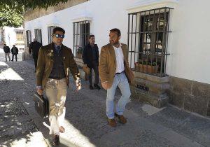 Francisco Rivera entrando en el Ayuntamiento acompañado por el concejal socialista Francisco Márquez.