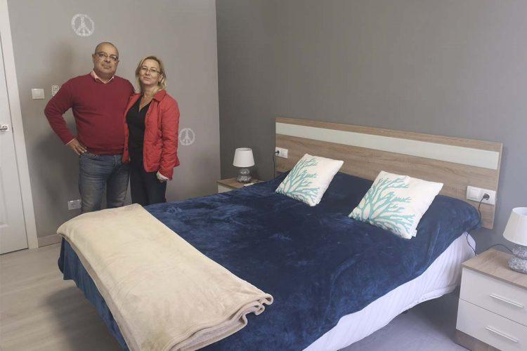 Los responsables de Ronda Gestión de la Propiedad muestran uno de sus pisos turísticos para alquiler.