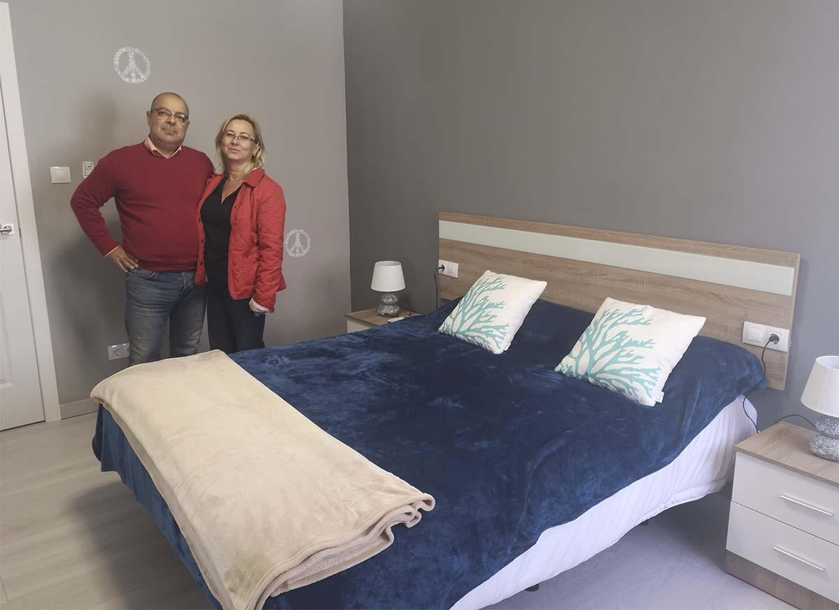Los responsables de Ronda Gestión de la Propiedad muestran uno de sus pisos  turísticos para alquiler. e1af02842c24