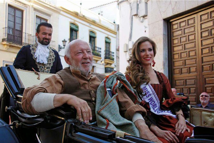 La familia de Álvaro de Luna, 'El Algarrobo', cede dos de sus trajes de la mítica serie de 'Curro Jiménez' a la ciudad de Ronda