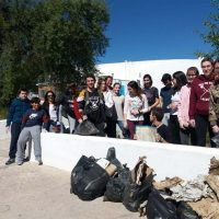 Alumnos del IES Martín Rivero recogen la basura acumulada en los alrededores del centro para reivindicar la defensa del medio ambiente y contra el cambio climático