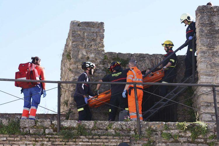 Bomberos y sanitarios rescatan a una joven turista inglesa que ha sufrido un grave corte en la pierna al tropezar con un hierro abandonado en la Puerta de Almocábar