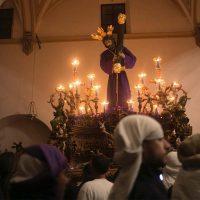 La lluvia deja en la barriada de Padre Jesús al Señor de Ronda en la noche del Jueves Santo
