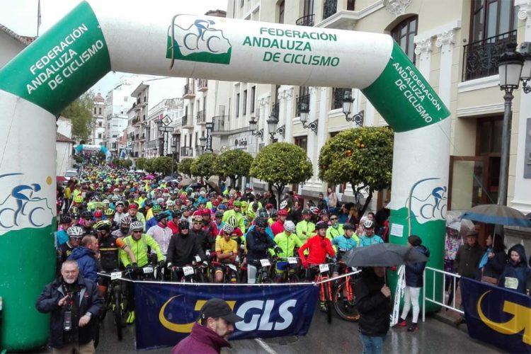 Cerca de 5.000 corredores se han enfrentado a la lluvia, el frío y el barro en la XV edición de la HOLE