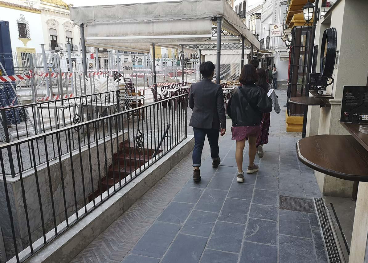 3805fa3ffd En algunos tramos del lateral de los bares apenas si hay dos metros de  espacio para pasar. Diseño web Sevilla