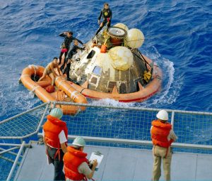 Recogida en el Pacífico de la capsula con los tres astronautas a bordo, de regreso de la Luna.
