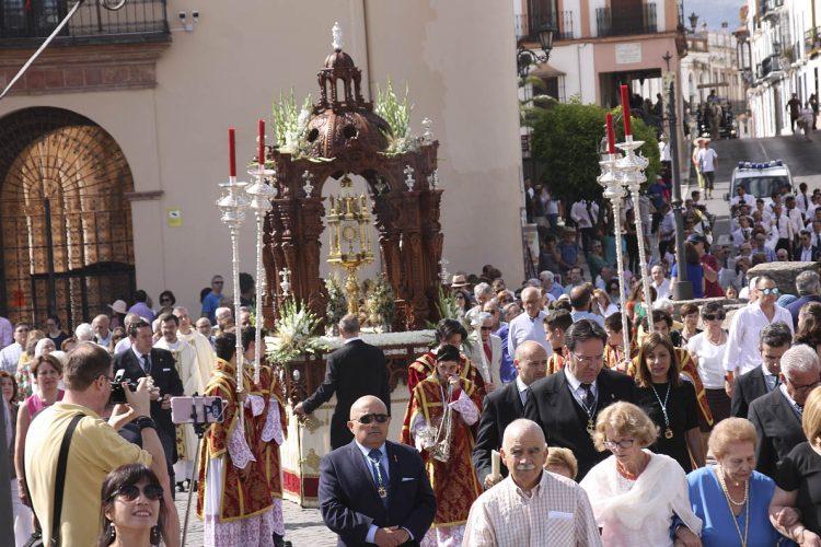 El Corpus Christi recorre las calles de Ronda acompañado por cientos de fieles en una mañana radiante