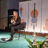 La belleza de la guitarra y la voz inundan el tercer día del Festival Internacional con la actuación de Jule Malischke