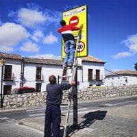 Operarios municipales realizan los preparativos para retirar este sábado las señales que prohíben circular por el Puente Nuevo