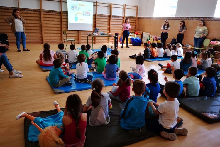 Profesionales del centro de salud Ronda Norte y estudiantes de Enfermería realizan dos nuevos talleres de soporte vital para escolares