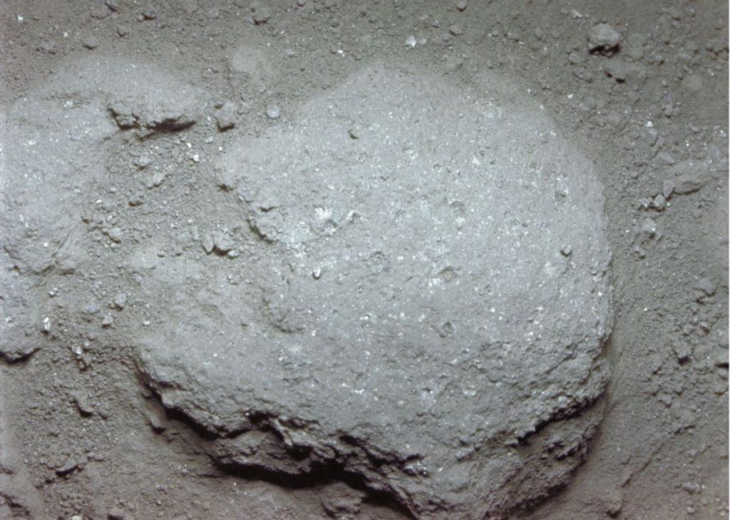Roca de unas 2,5 pulgadas de larga, en la superficie polvorienta de la Luna (Apollo 11).