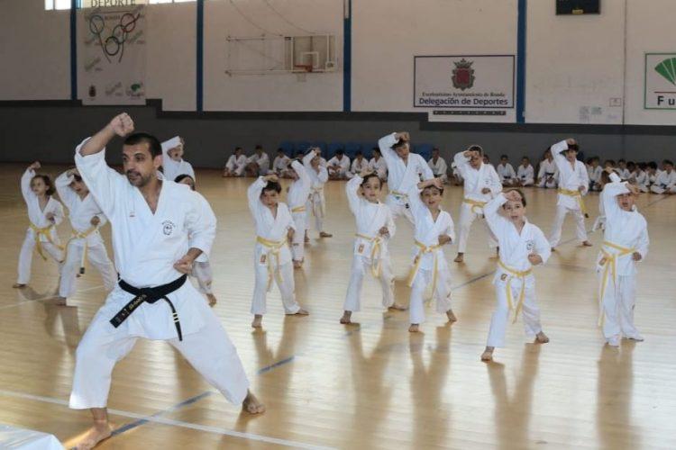 Los alumnos del Club Budokan Dojo de kárate celebran su exhibición final de temporada
