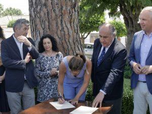 Fernández, firmando el manifiesto.