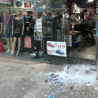 Unos delincuentes roban en dos comercios del centro tras reventar las lunas de los establecimientos