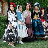 Las Damas Goyescas desvelaron sus trajes en el tradicional posado en el Parador