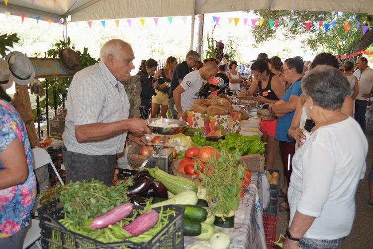 Centenares de personas participan en la IV Fiesta de los Huertos de Benalauría