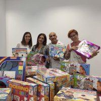 La asociación Ayuca entrega material didáctico y recreativo para la ludoteca del Hospital de la Serranía de Ronda