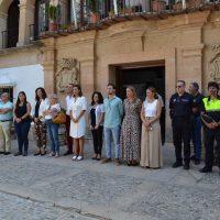 Minuto de silencio a las puertas del Ayuntamiento en repulsa por el triple asesinato machista de Valga