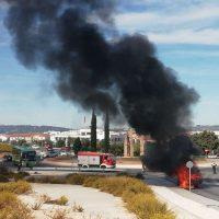 Un incendio calcina un vehículo en la rotonda de acceso al hospital