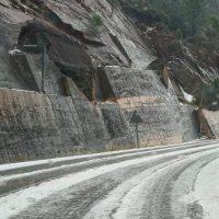 Una fuerte granizada cubre de blanco la carretera de San Pedro