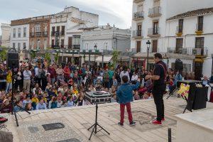 Actuación de O Mago Paco en la Plaza del Socorro.