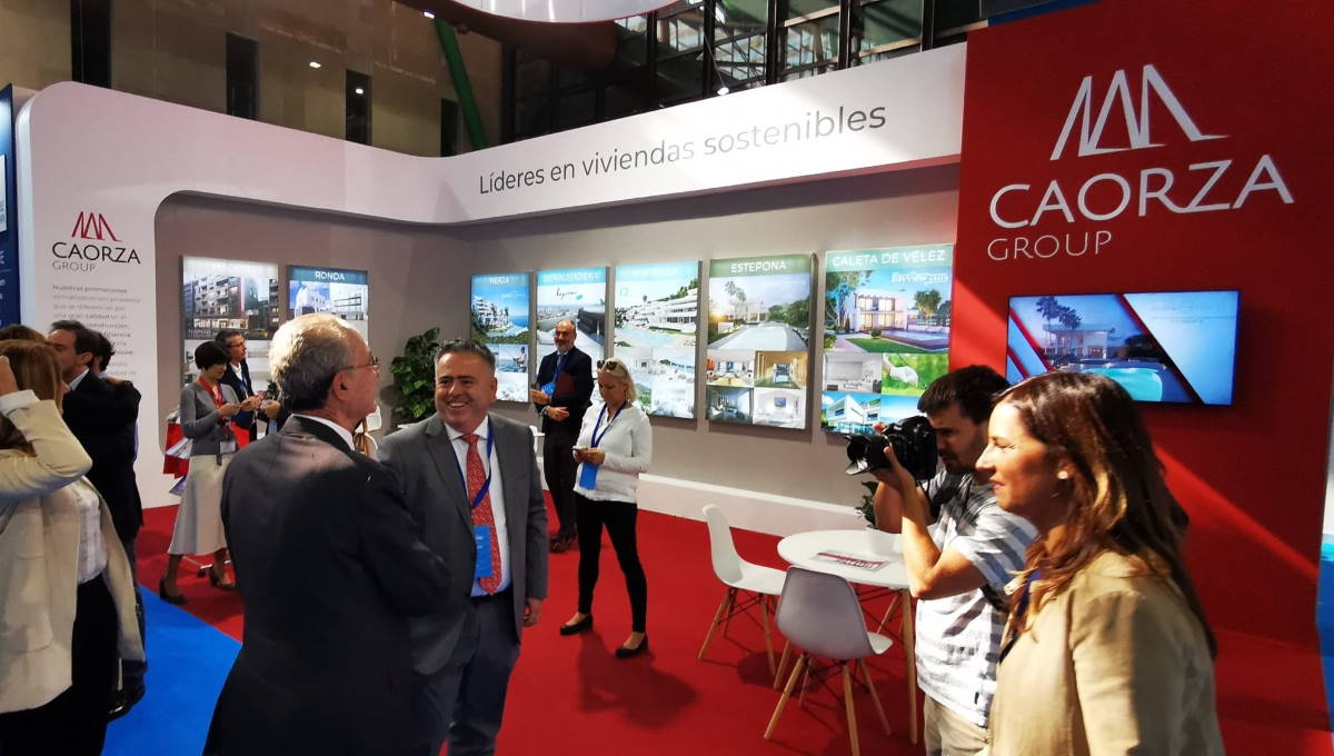 Francisco de la Torre, alcalde de Málaga, y Marifrán Carazo, consejera de Fomento, visitaron el stand de Caorza.
