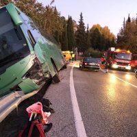 Una aparatosa colisión entre un autobús de línea y un turismo en la carretera A-374 Ronda-Sevilla se salda con una persona herida