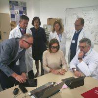 La alcaldesa visita la Unidad de Laboratorios del Hospital para conocer el funcionamiento de un prototipo de asistencia técnica en remoto
