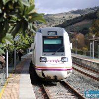Paso del ferrocarril por una de las estaciones de la Serranía.