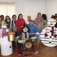 Vecinas de Jubrique crean con sus propias manos adornos navideños para el pueblo