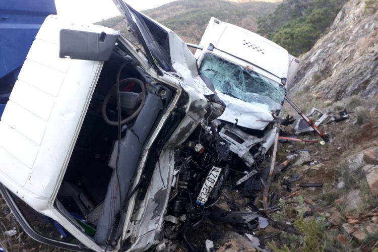 Tres heridos en una choque frontal entre dos camiones en la carretera a San Pedro