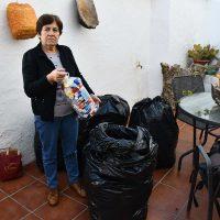 María Becerra, una vecina de Parauta que lleva más de 20 años recogiendo «tapones solidarios»