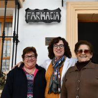 Ana Fernández, la famacéutica de Cartajima, 25 años atendiendo y cuidando a los vecinos del pueblo