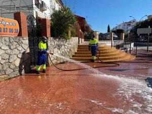 Operarios de Soliarsa desinfectando la avenida de Málaga.
